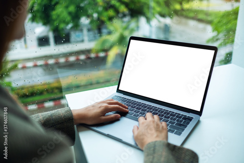 Papel de parede Mockup image of a hand using and typing on laptop computer keyboard with blank w