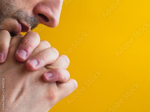 Hombre rezando a un lado de la fotografía Canvas Print