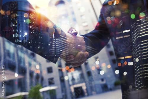 Fotografía Handshaking business person in office