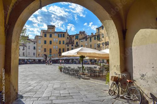 Fotografie, Obraz Piazza dell'Anfiteatro di Lucca, vista da una delle porte di ingresso