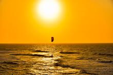 Einsamer Surfer Bei Sonnenuntergang Am Meer