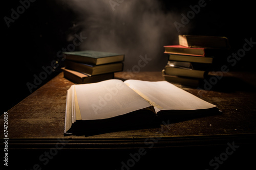 Foto Imagine a picture book of an ancient book opened on a wooden table with a sparkling golden background