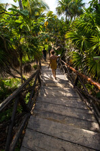 Mujer Caminando En Ruinas Maya...