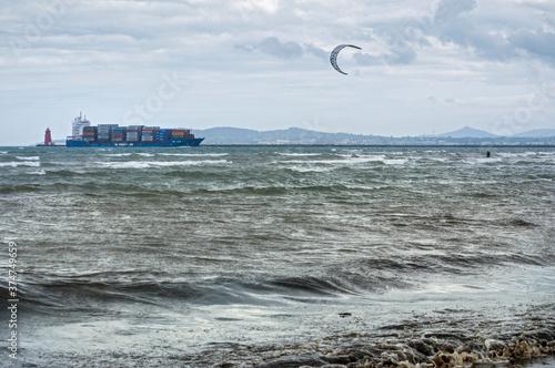 Kitesurfing on Dollymount beach Fototapet