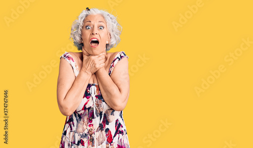 Photo Senior grey-haired woman wearing casual clothes shouting and suffocate because painful strangle