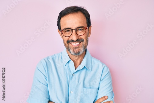 Photo Middle age hispanic man wearing casual clothes and glasses happy face smiling with crossed arms looking at the camera
