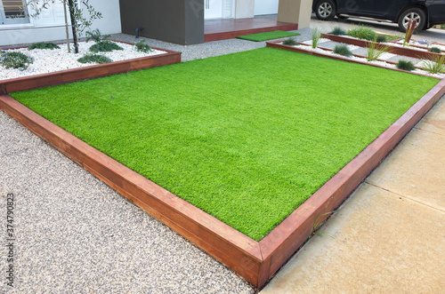 Fotografía Artificial grass/lawn turf in the front yard of a modern home/residential house