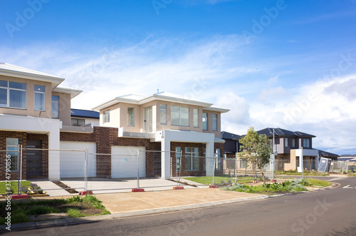 Brand new residential townhouses behind temporary construction fences in an Australian suburb Fototapete