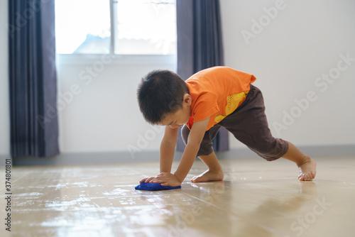 Papel de parede Asian boy doing chore
