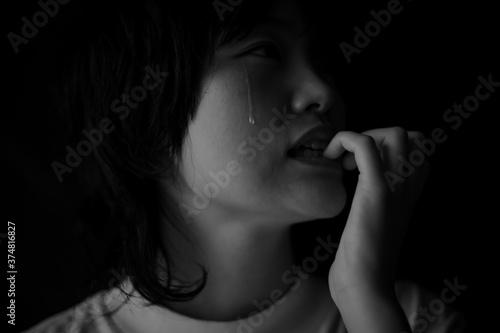 涙を流しながら爪を噛む女性 Billede på lærred