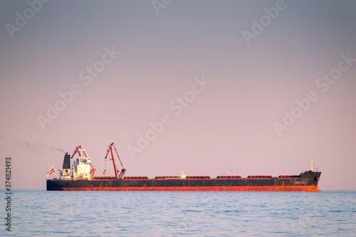 Papel de parede Bulk carrier at sea