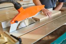 Handwerker Schiebt Holz Brett ...