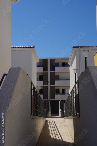 Fotografia Logement immeuble habitat bâtiment moderne blanc de lotissement avec accès handi