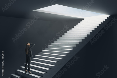 Tela Young businesswoman standing on ladder to blue sky.
