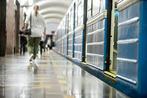 Fotografía People get off the train car in the subway