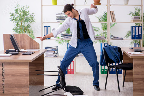 Photo Young male employee businessman at workplace