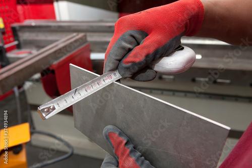 Tablou Canvas Measuring a piece of metal