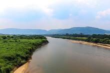 緑の河川敷に囲まれた木津川