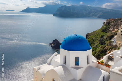 Greek orthodox church with blue domes and sea in  Santorini island, Greece Fototapet