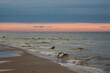 Piękny widok nad morzem.  Spacer o zachodzie słońca. Zachód słońca. Polska. Morze Bałtyckie