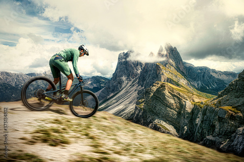Fotografía mountain biker in the mountains of the dolomites