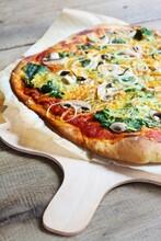 Spinach-mushroom Pizza (vegan)