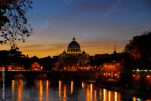 Fotografia Beautiful sunset view of Rome along River Tiber with the iconic St Peter illumin