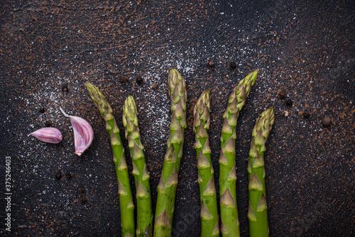 Obraz na plátně Fresh raw ripe green asparagus