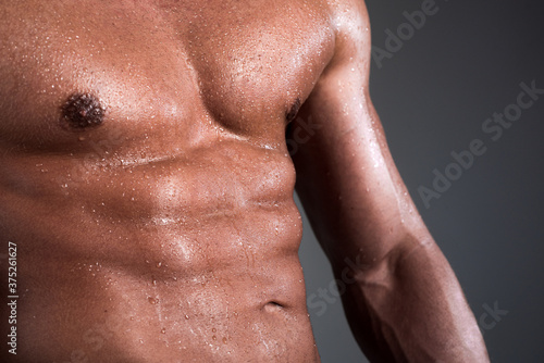 Foto Athletic guy flexing muscles