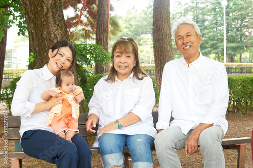 Fototapeta 家族 おじいちゃんとおばあちゃんとお母さんと生まれたばかりの女の子 赤ちゃん 老夫婦 グリーンバック