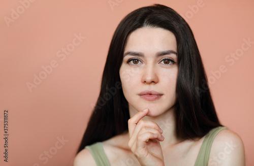Tender woman looking at camera in studio Billede på lærred