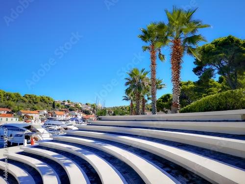 Fotografie, Obraz Solta wyspa, Chorwacja widok na fragment amfiteatru, palmy i zabudowę osady mieszkalnej