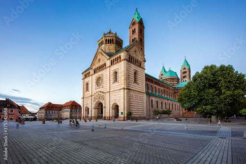 Fototapeta Kaiser- und Mariendom zu Speyer mit der typischen Ansicht zur Dämmerung im letzt
