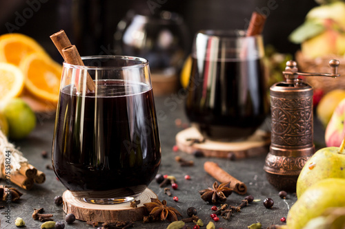Obraz na plátně Hot wine with spices in glass glasses