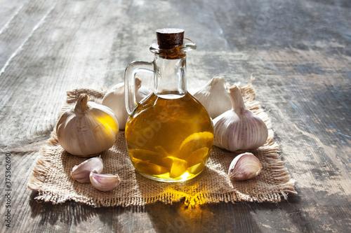 Fototapeta Dzbanek z oliwą i czosnek obraz