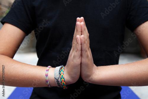Fototapeta mains en prière de méditation pour le yoga