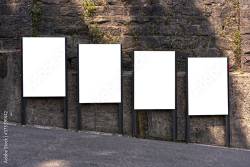 Photo diagonally offset billboard in the city on a steep street