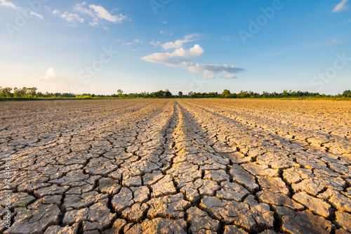 Papel de parede The ground in the field that was so barren that it was parched And the evening s