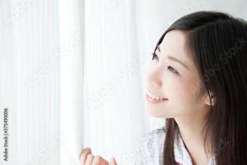 Fotografie, Obraz カーテンを開ける女性