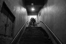 Personas Subiendo Escalera, Bl...