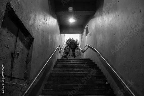 Fotografie, Obraz personas subiendo escalera, blanco y negro. covid 19