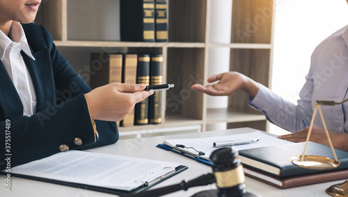Cuadros en Lienzo Lawyer is giving advice to clients who have consulted about legal issues regarding rights infringement