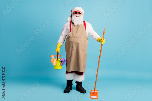 Foto Full length body size view of his he nice attractive cheerful Santa wiping clean
