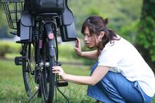 自転車が故障した女性