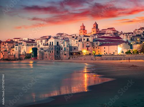 Spectacular spring cityscape of Cefalu town with Piazza del Duomo Billede på lærred