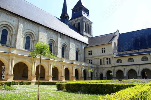 Photo Vue sur le cloitre de L'Abbaye de Fontevraud près de Saumur sur les bords de Loire