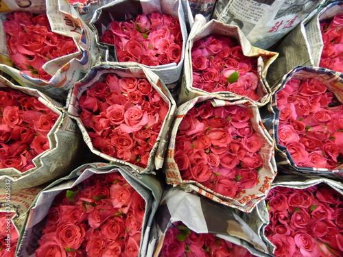 Fotografie, Obraz Bouquets de rose dans du journal