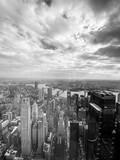 Foto blanco y negro, vista desde el cielo y rascacielos de Manhattan, Nueva York, Estados Unidos.