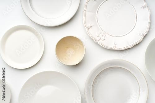 Carta da parati Top view of empty plates on white background