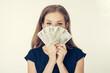 Anonimowa młoda kobieta trzyma gotówkę - kredyt, hipoteka, pożyczka, hazard, mieszkanie dla młodych, finanse